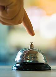 Hand drückt auf Glocke, Foto: WStudio/Shutterstock.com