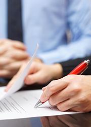 Person unterschreibt Schriftstück, Foto: Bacho/Shutterstock.com