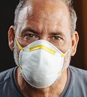 Mann mit Nasen-Mund-Schutz, Foto: Alexander Kirch/Shutterstock.com