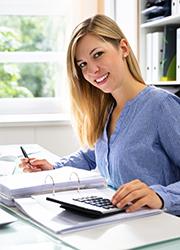 Frau mit Akten und Taschenrechner, Foto: Andrey Popov/Shutterstock.com