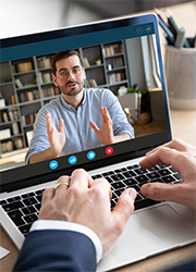 Videokonferenz via Laptop, Foto: fizkes/Shutterstock.com