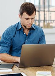 Mann vor Laptop, Foto: stockfour/Shutterstock.com